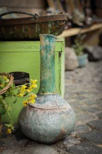 váza zöld láda előtt vízjeles