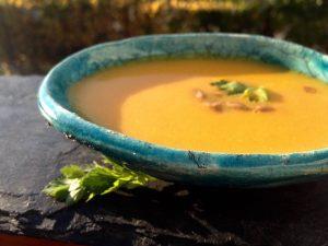 Türkiz tálka, gyömbéres répa krém levessel