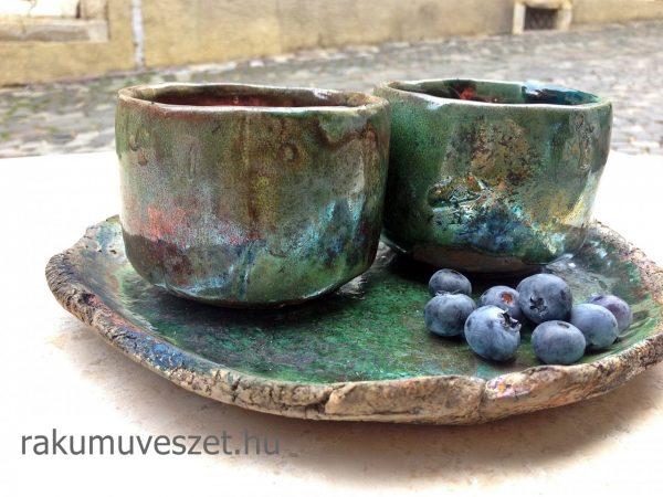 Csészék zöldelő aranykéken áfonyával