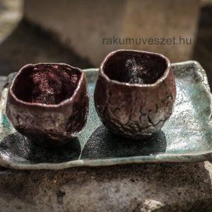 Csészék párban, férfi női minőségeket megjelenítve kerámia edényeken