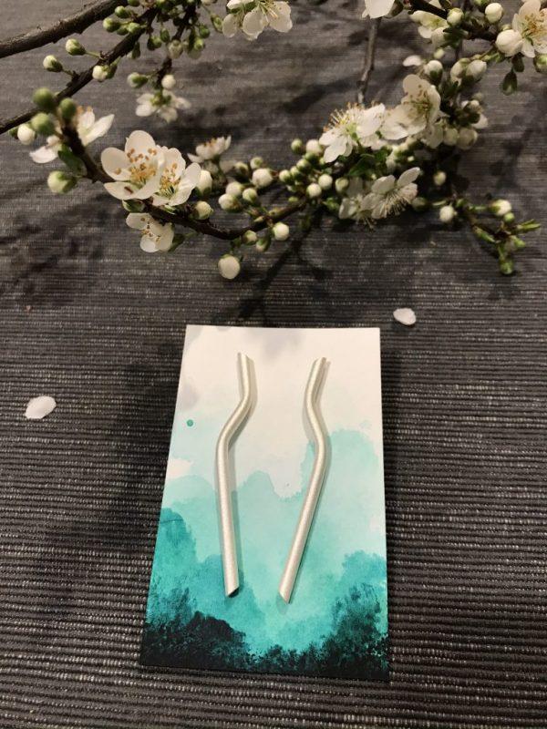 Tavaszi fülbe való ezüst fénnyel gondolatnyi hajlítással