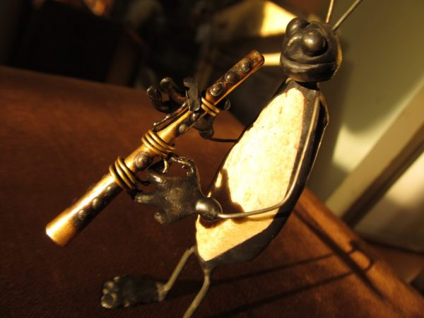 Kavicshasú zenész tücsök figurák