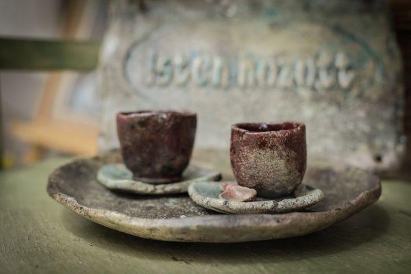 Csészék párban, kis alátáttel teatálcán