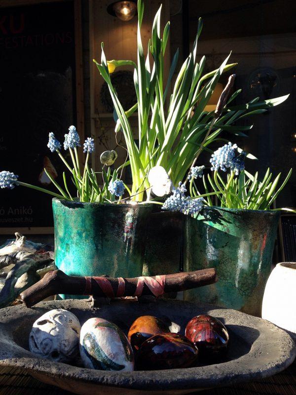 Húsvéti hímes kerámia tojás fanyeles tálban