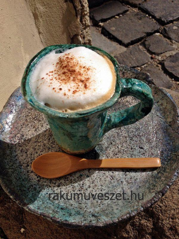 Kávé hosszan, tejhabbal. A fahéj csak könnyed ráadás a raku tükizéhez