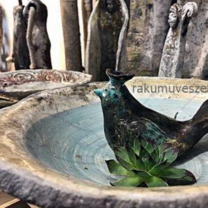 Madár fürdető tál madárral