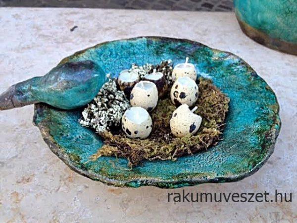 Tavasz terítéken, .. raku keármia tál, kékmadár fészekben, fürjtojás gyertyákkal