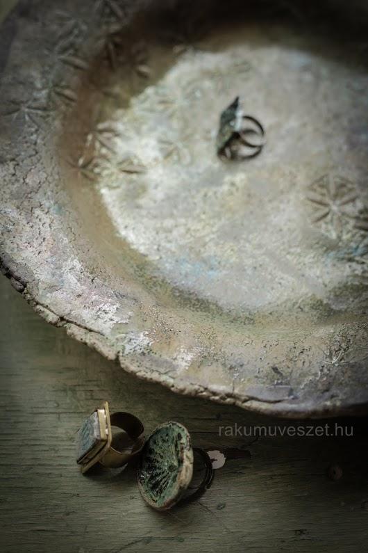 Nagy raku gyömölcsös tál ékszerrel és füstölőtartóval