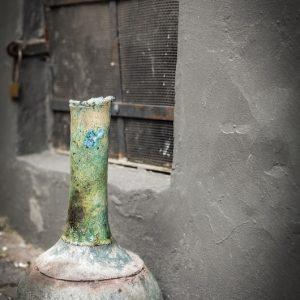 Váza türkizen fénylő hosszú nyakkal